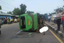 Minibus elf terguling di Cirebon seorang tewas