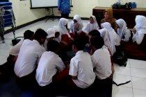 Sekolah kebanjiran, siswa SD Dayeuh Kolot belajar di pengungsian