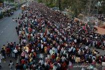 Di tengah wabah COVID-19 di India, ribuan pekerja pulang ke kampung halaman