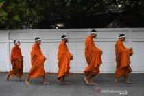 Biksu mengumpulkan sedekah di tengah ancaman COVID-19 di Thailand