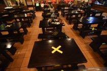 Penerapan jarak fisik pengunjung restoran