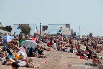 Meski sedang wabah COVID-19, warga Inggris antusias berjemur di pantai