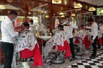 Kegirangan warga Inggris bisa potong rambut di salon