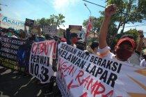 Ratusan pekerja hiburan malam demo tuntut Perwali 33/2020 dicabut
