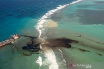 Sebagian besar tumpahan minyak di laut Mauritius sudah terpompa keluar