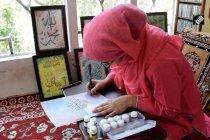 Gadis muda yang menjaga seni kaligrafi ayahnya tetap lestari