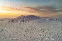 Pemandangan gunung berapi berselimut salju di China
