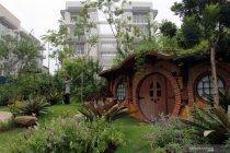 Taman nuansa rumah Hobbit di hunian vertikal