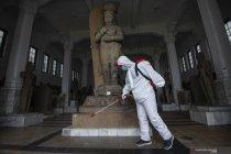 Semprotkan disinfektan di Museum Nasional