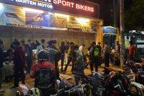 Polisi bubarkan massa berkerumun cegah penyebaran COVID-19