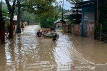 Banjir dan longsor memaksa 500 warga mengungsi di Kota Manado