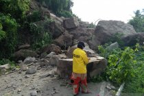Akses menuju Kota Mamuju terputus setelah longsor terjadi di Majene