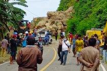 Tanah longsor tutup akses poros Majene-Mamuju