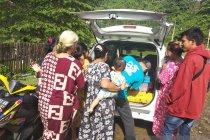 Relawan bagikan obat-obatan kepada pengungsi korban gempa di Mamuju