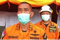 Tim SAR bersiap evakuasi keluarga yang terdampak longsor di Majene