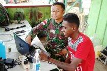 Satgas Yonif MR 413 ajarkan pemuda di perbatasan operasikan laptop