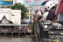 Warga ramai-ramai memancing ikan lepas akibat banjir di Banjarmasin