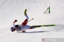 Aksi atlet ski pada lomba Men\'s Downhill Alpine Skiing