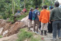 BPBD Cianjur mencatat seratus kepala keluarga masih mengungsi