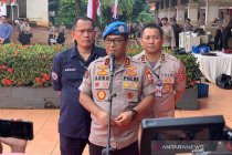 Penyidik jemput Ambroncius Nababan usai ditetapkan tersangka