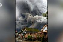 Gunung Semeru erupsi, luncurkan awan panas guguran sejauh 4,5 km