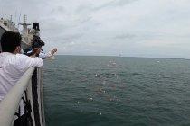 Haru, keluarga korban Sriwijaya Air tabur bunga di atas kapal