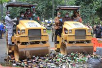 Satpol PP Tangerang musnahkan 3.140 botol miras hasil razia 2020