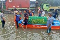 Akibat banjir, petugas bawa jenazah pakai perahu yang akan dimakamkan