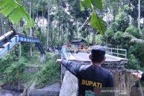 Jembatan penghubung dua kecamatan di Lumajang terputus akibat banjir