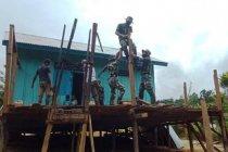 Satgas TNI bantu renovasi rumah tokoh adat di perbatasan