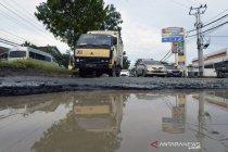 Jalan ke pintu tol Kota Baru di Lampung rusak