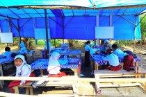 Sekolah darurat di desa terpencil Sumatera Barat
