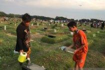 Ziarah Ramadhan jadi ladang rezeki anak penyiram makam