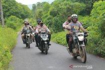 Saat Kapolda NTT salurkan bantuan gunakan sepeda motor