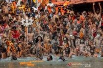 Umat Hindu berkumpul di Sungai Gangga, India catat rekor kasus COVID