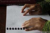 Mengaji Al Quran huruf braille di bulan Ramadhan