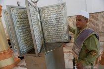 Ayat Al Quran yang diukir di atas batu marmer
