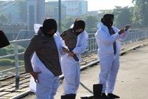Polwan Polres Kediri pakai APD bagikan masker peringati Hari Kartini