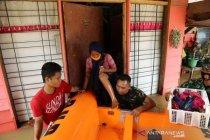 Personel Brimob bantu evakuasi warga korban banjir Pekanbaru