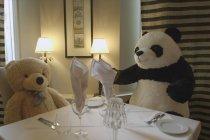 Ketika boneka-boneka hadir di kursi restoran di Polandia