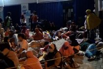 Puluhan penerima BLT UMKM tidur dan sahur di depan kantor BRI cabang Palu