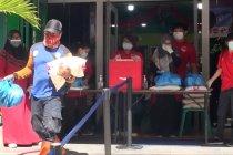 Etnis Tionghoa bagi sembako untuk warga Aceh
