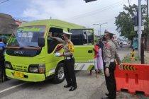 Petugas di Sidoarjo suruh puluhan pengemudi kendaraan putar balik