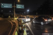 Hindari penyekatan di Cikarang Barat, sejumlah pengguna tol terobos pembatas jalan