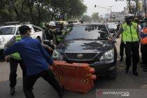 Pengendara mobil mencoba kabur saat razia penyekatan di Palembang