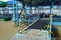 Nakhoda kapal kucing-kucingan dengan petugas Dermaga 16 Ilir Palembang