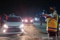Polisi putar balik kendaraan pemudik di perbatasan Garut