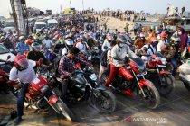 Warga Bangladesh berebut naik kapal feri untuk mudik Idul Fitri