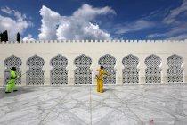 Cegah penyebaran meluas, pihak berwenang semprotkan cairan disinfektan di Masjid Raya Baiturrahman Aceh