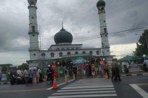 "Masjid di Pangkalpinang tiadakan tradisi \""nganggung\"" usai Shalat Id"